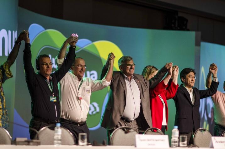 Новая команда руководства IndustriALL поднялась на сцену в зале съезда в Рио-де-Жанейро, Бразилия