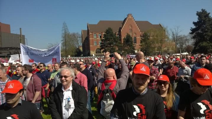 11 de abril de 2016: En Duisburg, sede de las mayores plantas siderúrgicas de ThyssenKrupp, se reunieron 16.000 trabajadores siderúrgicos para demostrar que están unidos en defensa de la gran industria siderúrgica de Europa y Alemania, y que no aceptarán la desindustrialización de Europa.